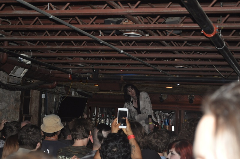 Luke Spiller of The Struts leads the Stubb's crowd in a chant.